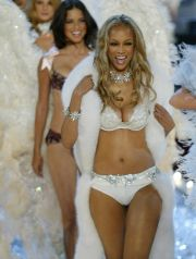 Supermodel Tyra banks leads ather models on the runway as they model lingerie during the 2003 Victoria''s Secret fashion show in New York, November 13, 2003.   REUTERS/Mike Segar -EDITORIAL USE ONLY FASHION VICTORIA''S SECRET