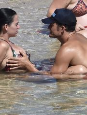 02.AUG.2016 - Sardinia - Italy ***WORLD EXCLUSIVE PICTURES*** ***AVAILABLE FOR UK SALE ONLY** Hollywood Actor Orlando Bloom pictured going full nude while enjoying some paddle boarding with Singer girlfriend Katy Perry during their summer vacation in Sardinia, The Loved up couple were seen enjoying themselves on the Pittulongu Beach and seemed very much relaxed as they enjoyed drinks while on their Summer Holiday in Sardinia. BYLINE MUST READ : FREZZA - LAFATA - MCP / CIAOPIX - XPOSURE ***UK CLIENTS - PICTURES CONTAINING CHILDREN PLEASE PIXELATE FACE PRIOR TO PUBLICATION *** **UK CLIENTS MUST CALL PRIOR TO TV OR ONLINE USAGE PLEASE TELEPHONE 44 208 344 2007**