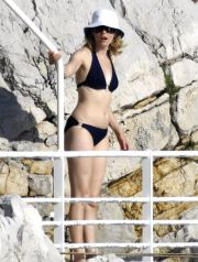 ELIZABETH BANKS  am Pool vom Eden Roc Hotel in Cannes / / Elizabeth Banks and Max Handelman Elizabeth Banks with husband Max Handelman spend the day at the Hotel Du Cap. ******Exclusive****** May 17, 2009