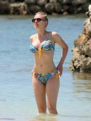 EXCLUSIVE - PLEASE CALL BEFORE USAGE, ALL TERRITORIES April 11, 2006: Scarlett Johansson pictured enjoying a vacation at the exclusive Goldeneye resort in Jamaica. The resort, which was once the estate of James Bond author Ian Fleming, is now owned by Island Records mogul Chris Blackwell. Credit: INFGoff.com                           Ref: infusny-04/24 35/25