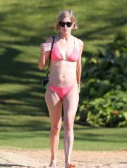 EXCLUSIVE: *NO WEB UNTIL 10AM PST, SATURDAY MARCH 15, 2014* Rosamund Pike soaks up the warm sun on a beach in Hawaii with her boyfriend Robie Uniacke
