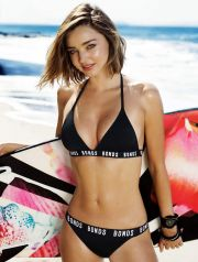 Miranda Kerr pose pour la collection Bonds, une marque australienne de maillots de bains à Malibu, Etats-Unis en 2016. Miranda Kerr poses for Bonds swimwear. The 33-year-old Australian model showcased her perfect body during the campaign shoot on a beach in Malibu. One of the original Bonds girls, Miranda first worked with the Aussie brand in 2002.
